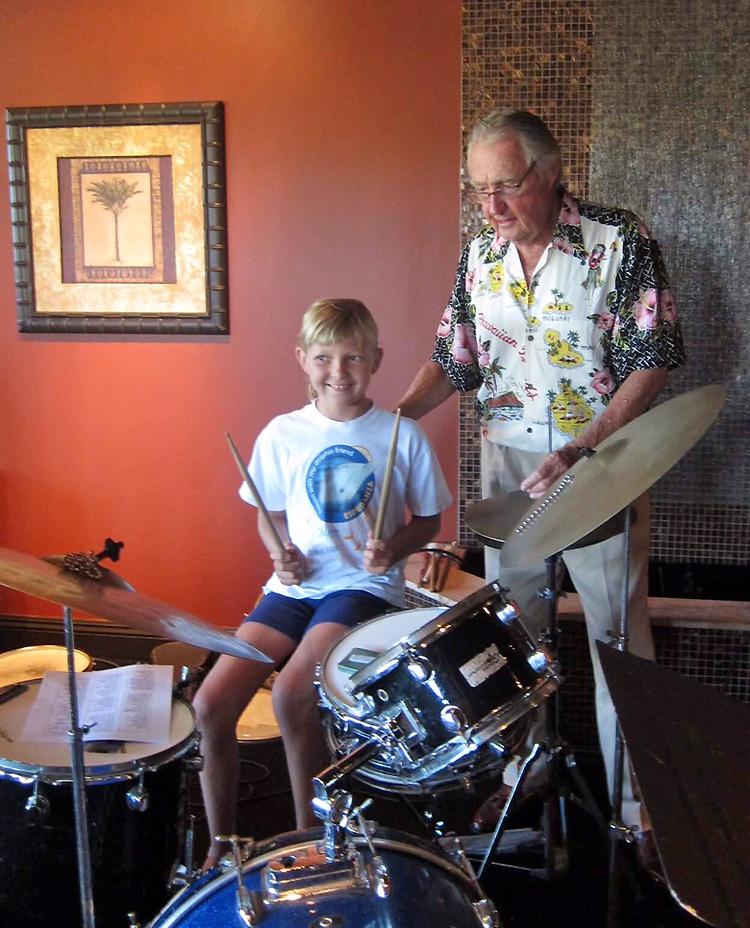 Tom Morey: Ensinando as gerações mais jovens a tocar bateria |  Foto: Jennifer Schmeer