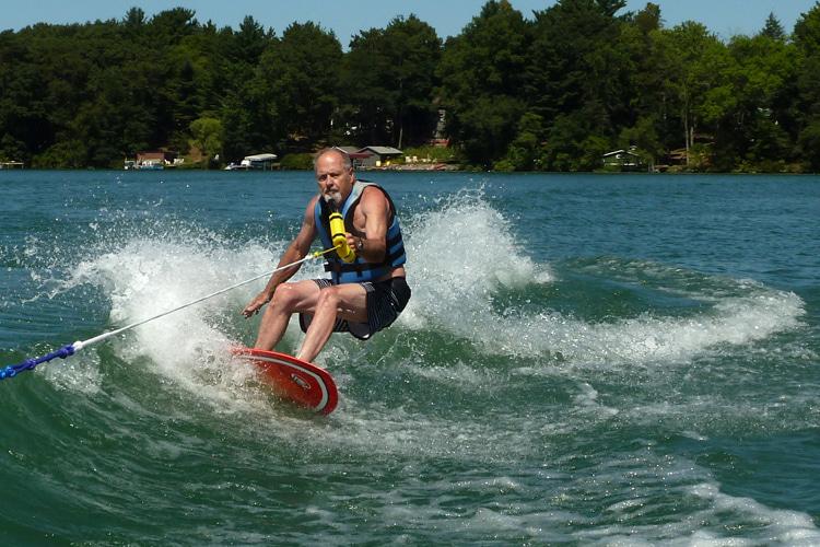 Craig Libuse: Wakeboard por trás do barco de esqui de sua família em um lago de Wisconsin    Foto: Arquivos Libuse