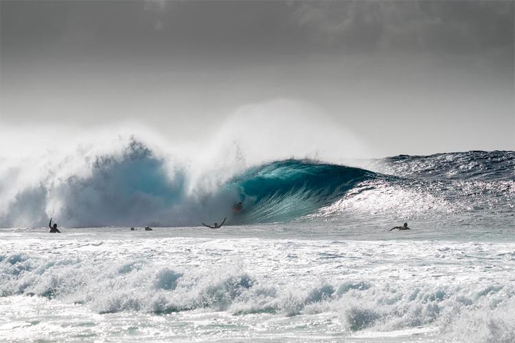 Iain Campbell: A onda perfeita de 10 pontos em Pipeline    Foto: Jimenez / APB