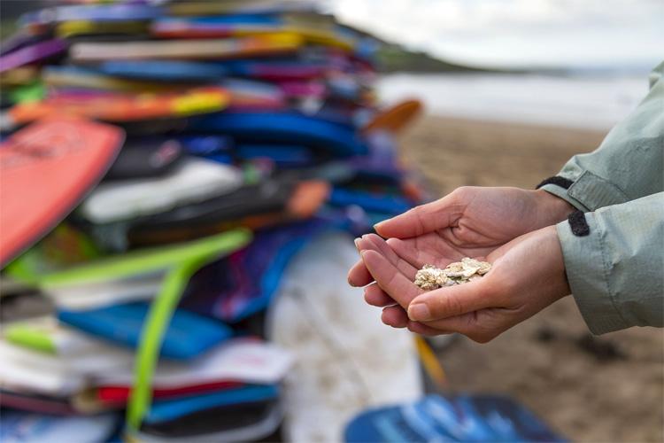 Bodyboard descartável: vendido por US $ 10 e espalhado pelas praias Foto: Keep Britain Clean