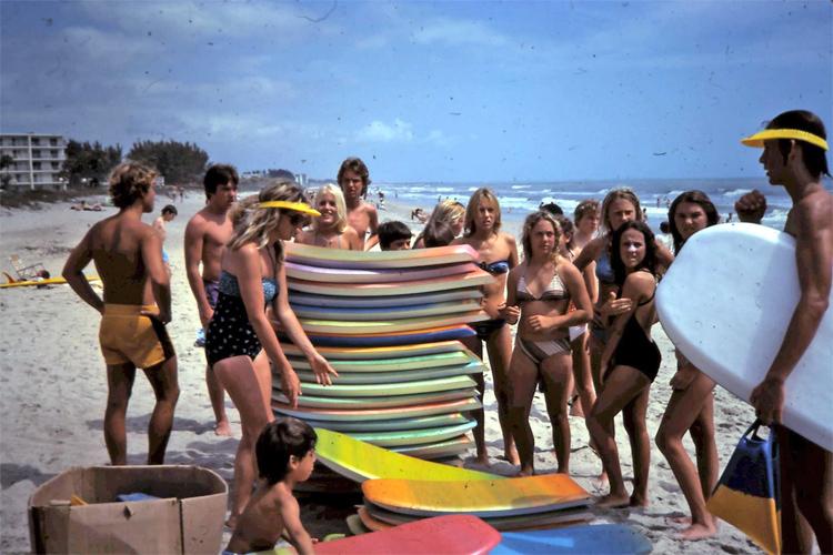 Cocoa Beach, Flórida, 1979: Banhistas veem um bodyboard pela primeira vez |  Foto: Patti Serrano