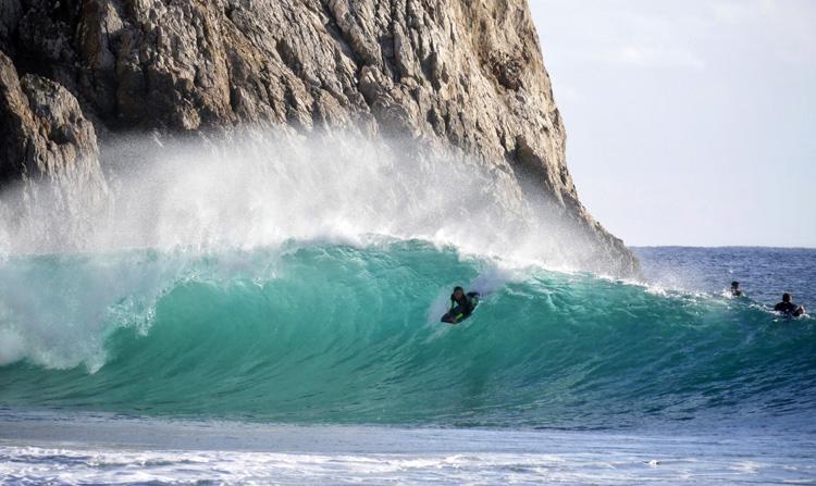 Joana Schenker: A Perseguição dos Sonhos Perfeitos do Bodyboarding algures em Portugal