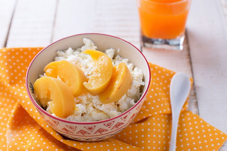 5 cafés da manhã saudáveis com frutas - queijo cottage com pêssego