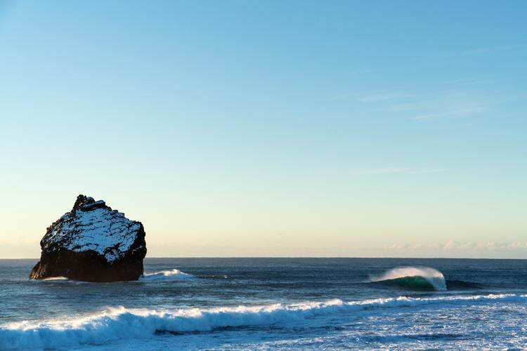 Islândia: quem disse que as nações nórdicas não oferecem ondas perfeitas?  |  Foto: Magnusson / Red Bull