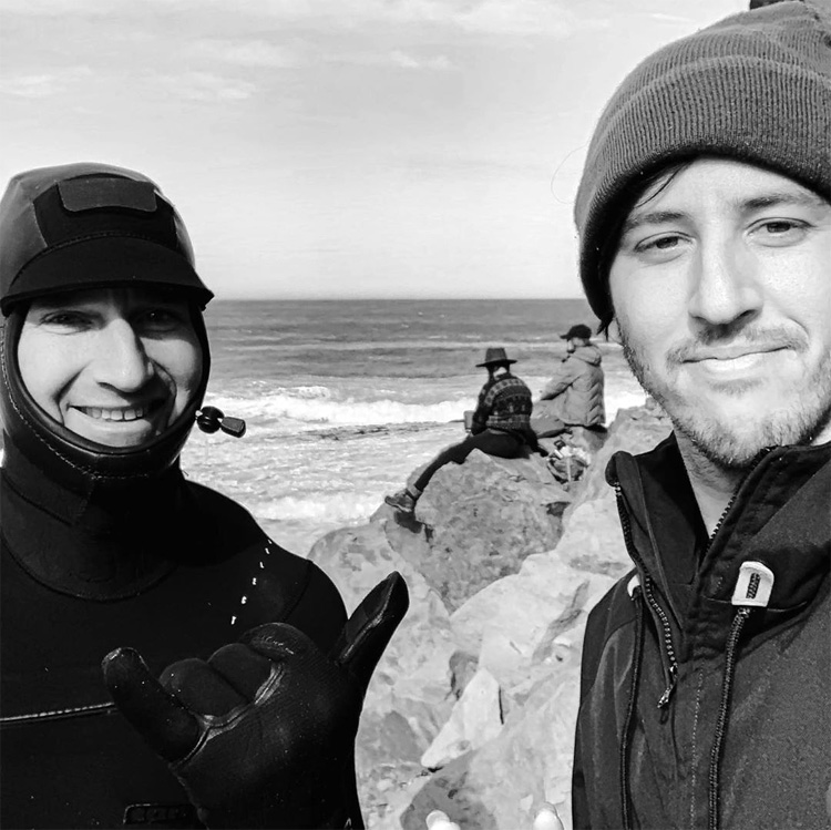 Mike Stewart e James Bennett: o músico pegou as ondas da lenda do bodyboard Foto: Bennett