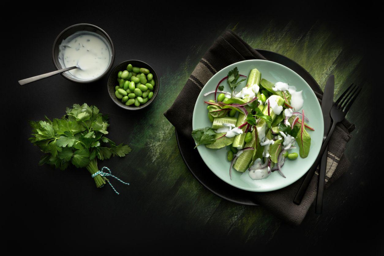 Salada rápida com molho de iogurte