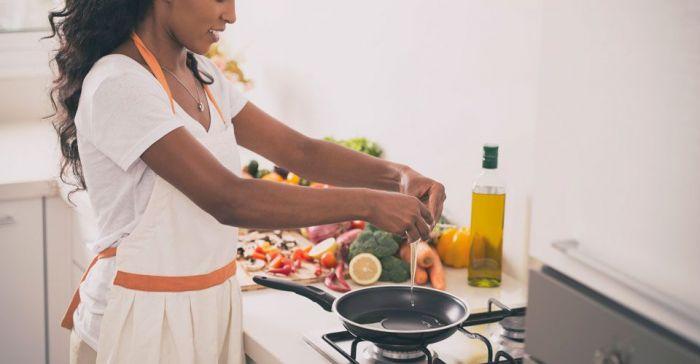 mujer cocinando 97 700x364